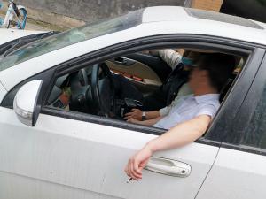 凯越车主伸手到车窗外吸烟