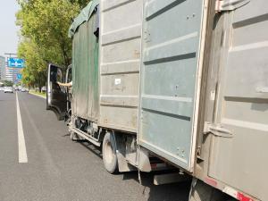 一辆超长超大的货车开车门