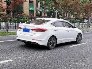 白色现代领动紧凑型轿车(2张)