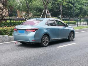 蓝色丰田卡罗拉轿车