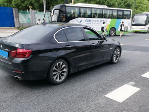 黑色宝马525li轿车