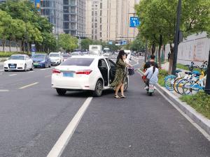 网约车路边 乘客开门下车