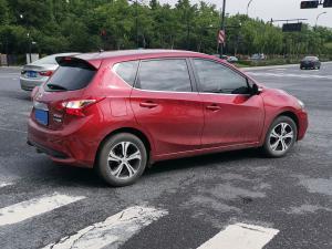 红色骐达小车和电动车在路口