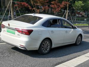 白色荣威ei5新能源轿车