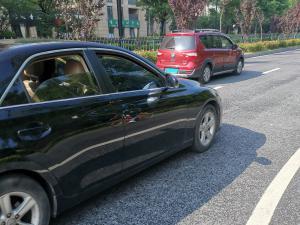 开着车窗的黑色丰田锐志