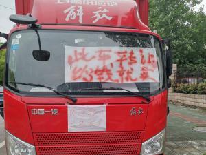 """一辆解放牌大货车挂着""""此次转让,给钱就卖"""""""