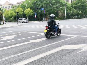 一辆摩托车在等红绿灯