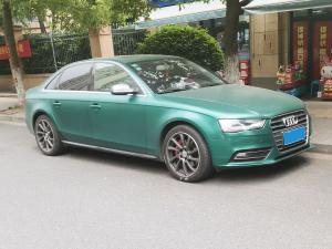 一辆绿色奥迪轿车