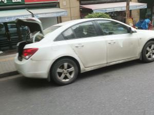 一辆白色轿车开车尾箱门 防止抓拍
