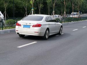 白色宝马525li轿车