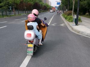 粉红色电动车头盔