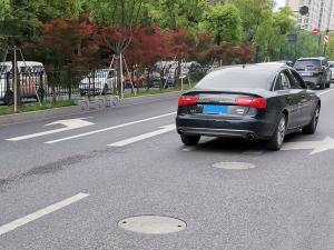 路面右拐直行左拐等指示箭头前的奥迪