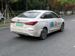 一辆白色逸动新能源网约车