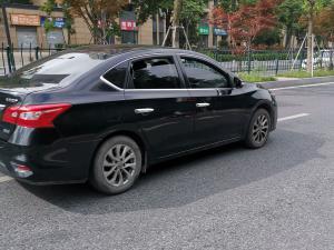 黑色日产轩逸车门和车轮
