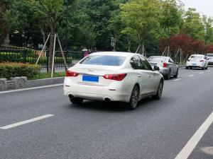 白色Q50L车尾大灯
