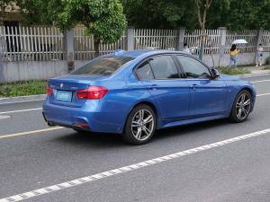 蓝色宝马320i轿车