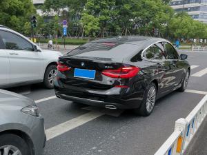 黑色宝马630i在斑马线前等红灯(2张)