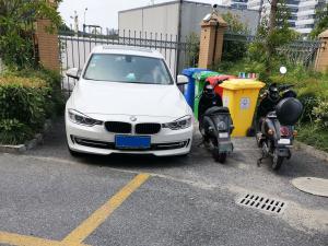 停在停车位外的宝马(2张)