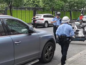 违章停车,交警在抄车牌!(1张)