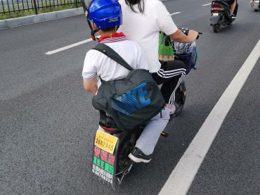 电动车带小孩(2张)
