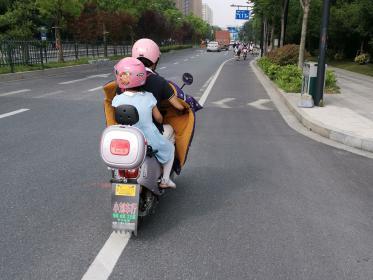 粉红色电动车头盔(1张)