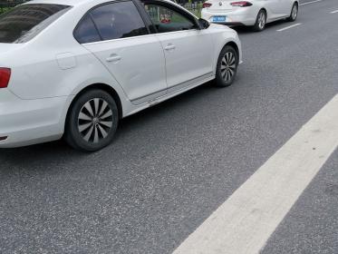 道路上的白色实线,不能跨越(1张)
