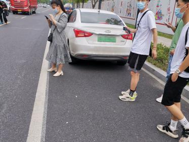 站在白色实线外戴口罩的行人(1张)