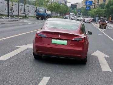 车道箭头上的红色特斯拉(1张)