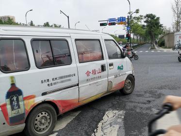 有四个窗的五菱荣光面包车 车身带广告(2张)